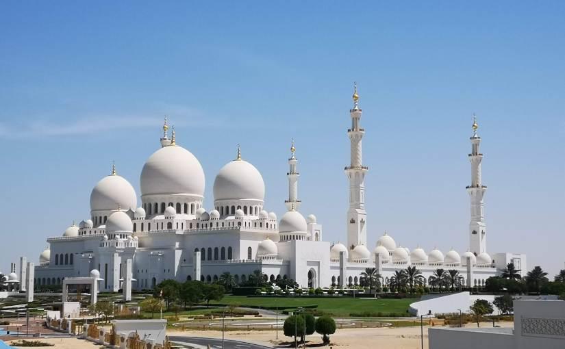 ABU DHABI, ET SA MOSQUÉE SHEIKH ZAYEDINCONTOURNABLE.